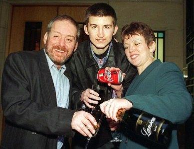 当選した時にコーラで祝杯を挙げるStuartさん。この後の不幸など知る由もない・・・